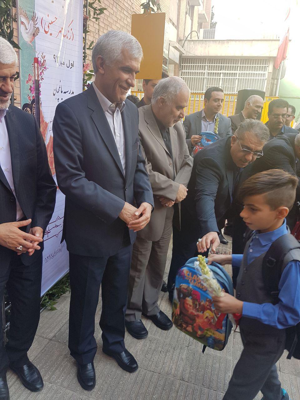 اهدای کیفهای مروج فراماسونی به دانش آموزان دبستانی توسط شهردار تهران
