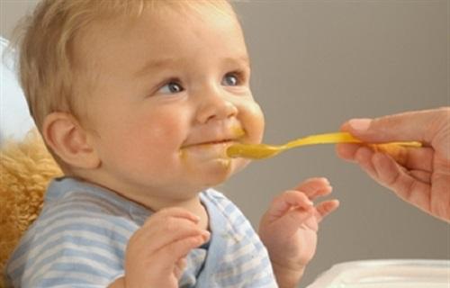 چگونه والدین با رفتاری درست می توانند کودک را به غذا خوردن تشویق کنند؟