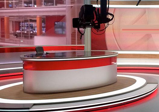حرکت غیرمنتظره پسر خانم مجری در برنامه زنده +تصاویر