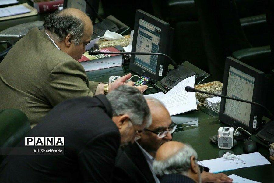 توضیحات نمایندهای که تصویر بازی او در صحن مجلس منتشر شد