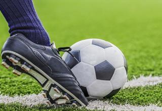 حرکت به موقع یک فوتبالیست جان بازیکن مصدوم را نجات داد+فیلم