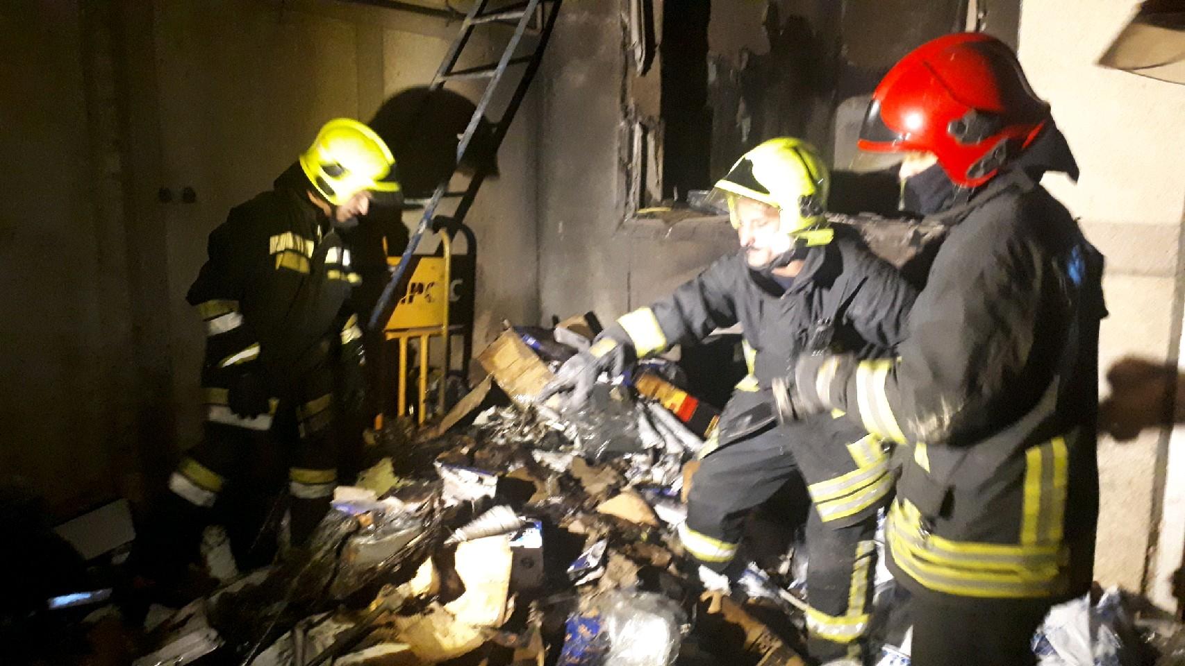 آتش سوزی در یک انبار لوازم یدکی و مغازه لباس فروشی مهار شد