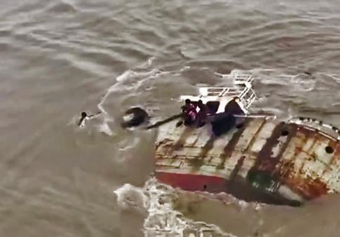 نجات سرنشینان کشتی، چند ثانیه قبل از فرورفتن آن در دریا + فیلم