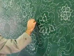 معلمی که با دستانش محبت میبافد/یک رج علم؛ یک رج عشق+فیلم