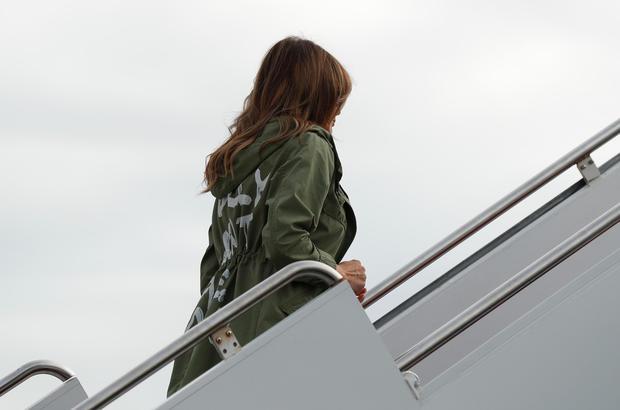 مخاطب جملهای که روی کت همسر ترامپ نوشته شده بود، چه کسی بود؟+ تصاویر