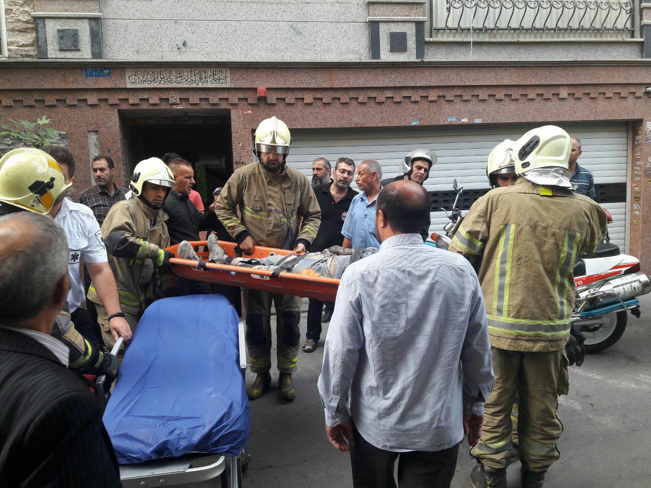 نجات دو کارگر از زیر آوار