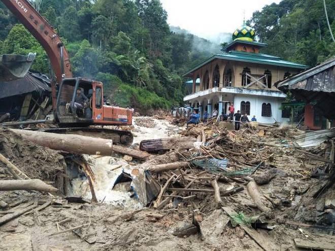 کشته شدن ۱۱ کودک در پی جاری شدن سیل در اندونزی+ عکس