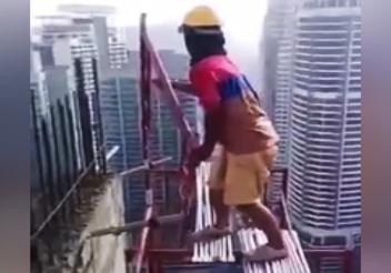 فعالیت بسیار خطرناک کارگر ساختمانی در ارتفاع چندصد متری + فیلم