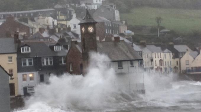 بارش بیسابقه باران و قطعی برق هزاران خانه در انگلیس، ولز و اسکاتلند