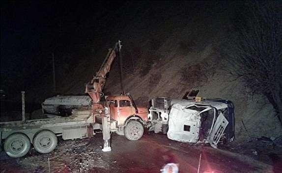 باشگاه خبرنگاران - تصادف مرگبار تریلی حمل مواد شیمیایی با یک کامیون در سنندج