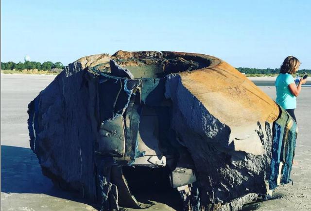 کشف یک شی مرموز عجیب در ساحل دریا! + عکس