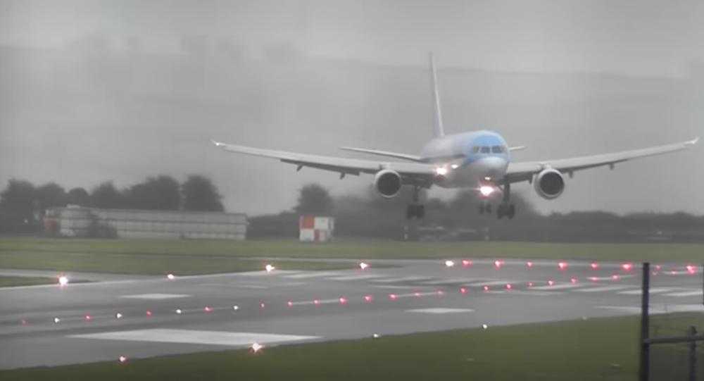 مهارت دیدنی خلبان در فرود هواپیما حین وقوع طوفان! + فیلم//