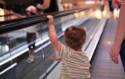 باشگاه خبرنگاران - گیر کردن دست یک کودک در نقالهی پله برقی + فیلم