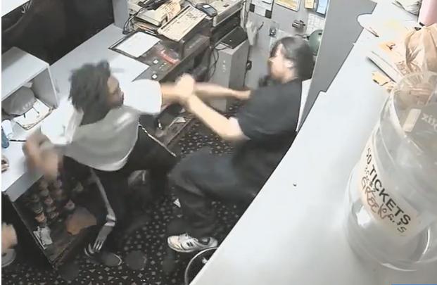 لحظه حمله زورگیران به کارمند سالن بولینگ + فیلم//