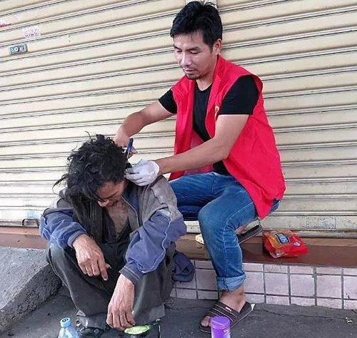 مردی که برای کمک به بی خانمان ها سفر می کند+تصاویر