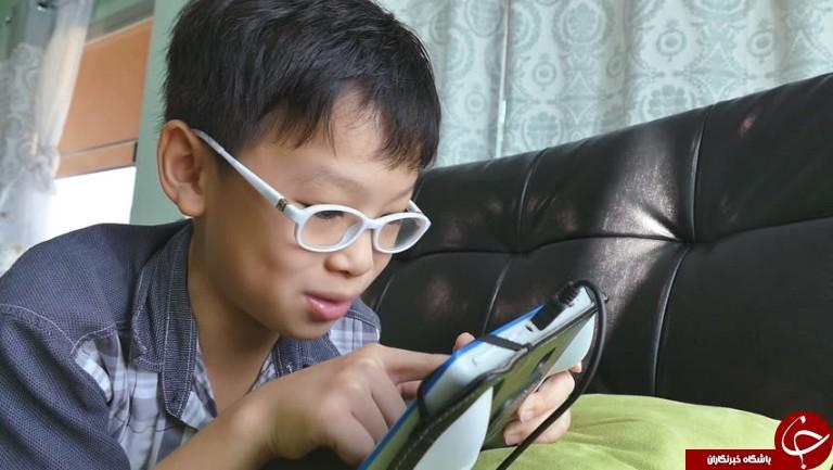سرانجام وقت گذرانی پسر خردسال با تلفن همراه! + فیلم//
