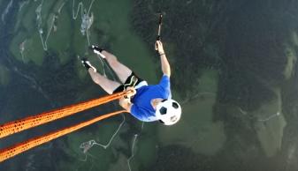 هنرنمایی با توپ فوتبال در ارتفاع چند هزار متری +فیلم