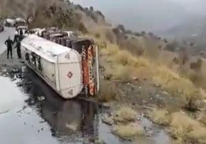 شهروندخبرنگار کردستان؛ واژگونی تانکر حامل سوخت در «سروآباد» + فلم