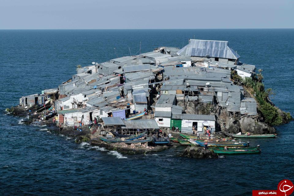 تصاویر جالب از جزیره مسکونی ای که نصف زمین فوتبال است! + تصاویر//