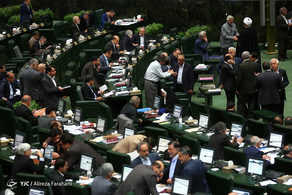 تحصن نماینده معترض به وضعیت اقتصادی در مقابل جایگاه هیئت رئیسه مجلس