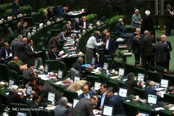 بستنشینی نماینده معترض به وضعیت اقتصادی و حادثه اهواز در مقابل جایگاه هیئت رئیسه