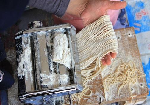بوی رشته محلی درکوچه پس کوچههای شهرستان هوراند/ اَریشته نام یکی از غذاهای محلی