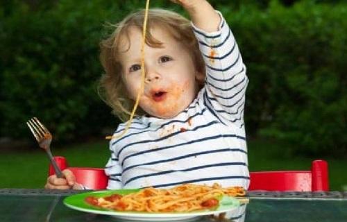 آموزش آداب غذا خوردن به کودکان زیر 2 سال/برای ترغیب کودک به غذاخوردن چه کار کنیم؟