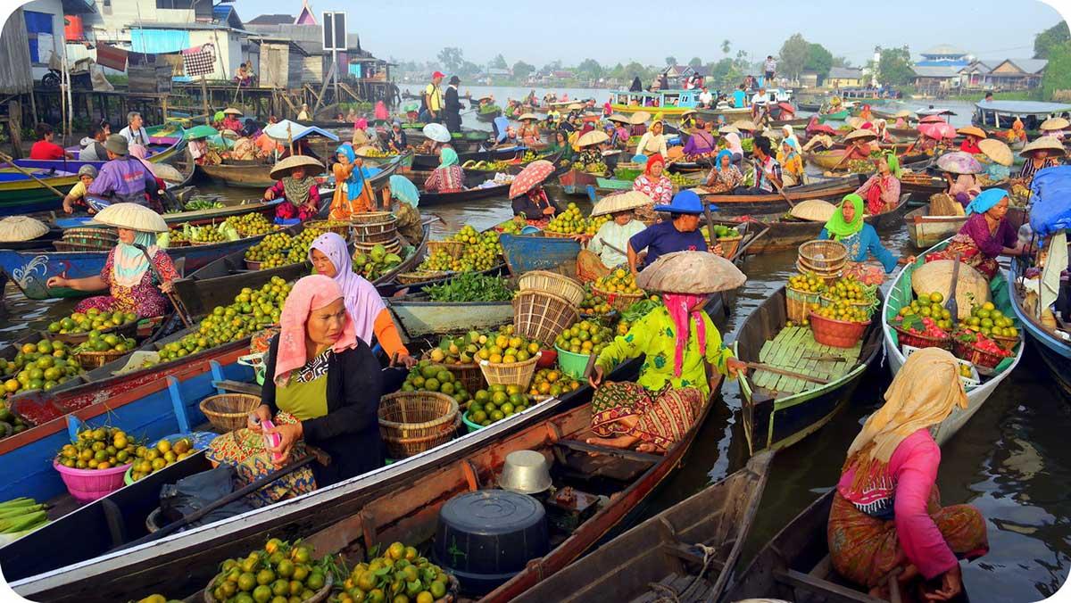 بازار رنگارنگ اندوزی روی قایق های شناور+تصاویر