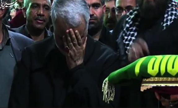 تبرک جستن از پرچم حرم امام رضا علیهالسلام+فیلم