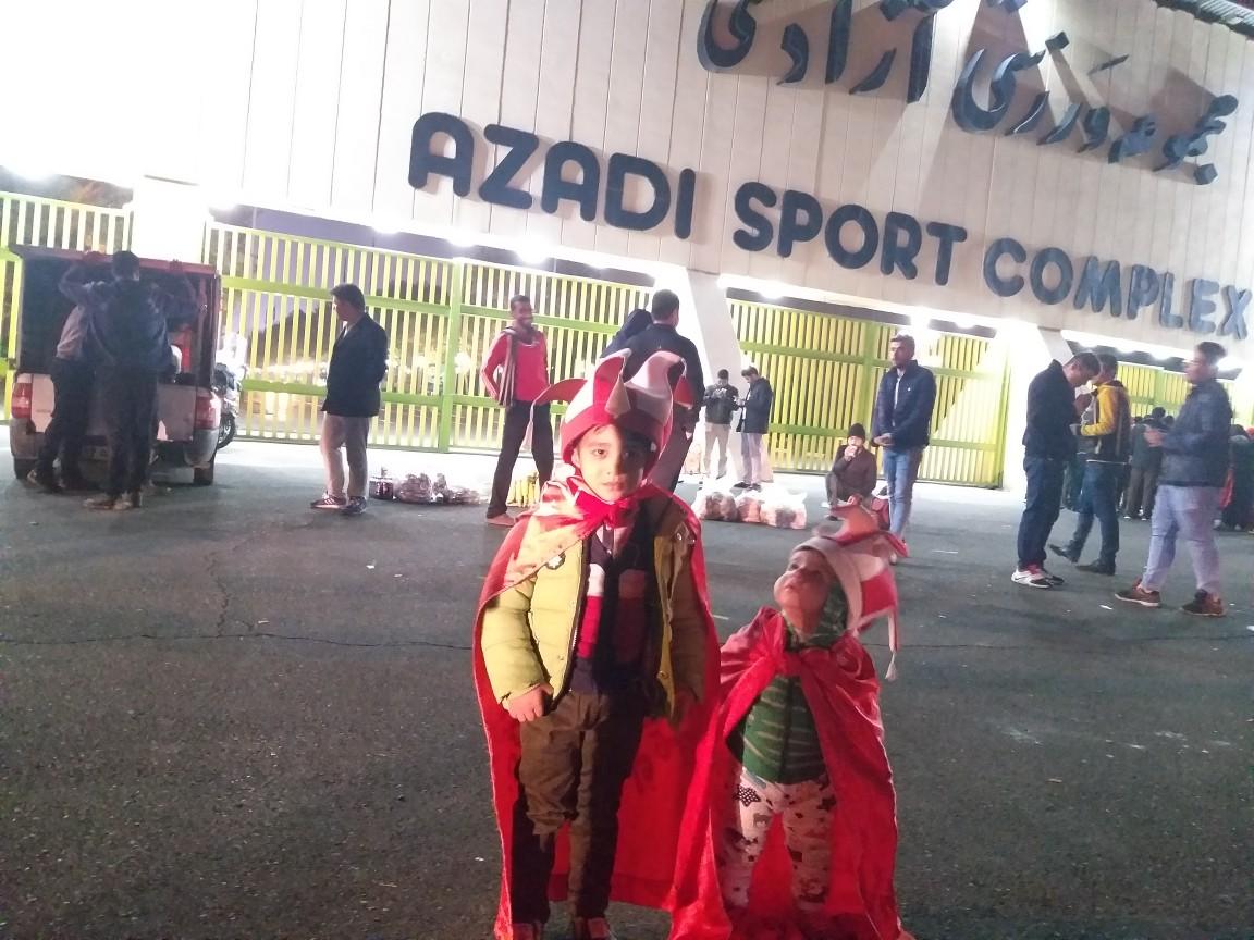 از حضور کودک ۲ ساله در ورزشگاه آزادی تا بازار داغ دستفروشها