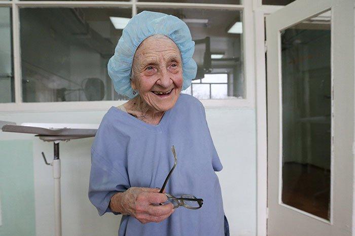 پیر ترین جراح دنیا که روزی 4 عمل انجام میدهد+تصاویر
