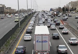 ترافیک در آزادراه کرج-تهران سنگین است/ بارش باران در استان فارس