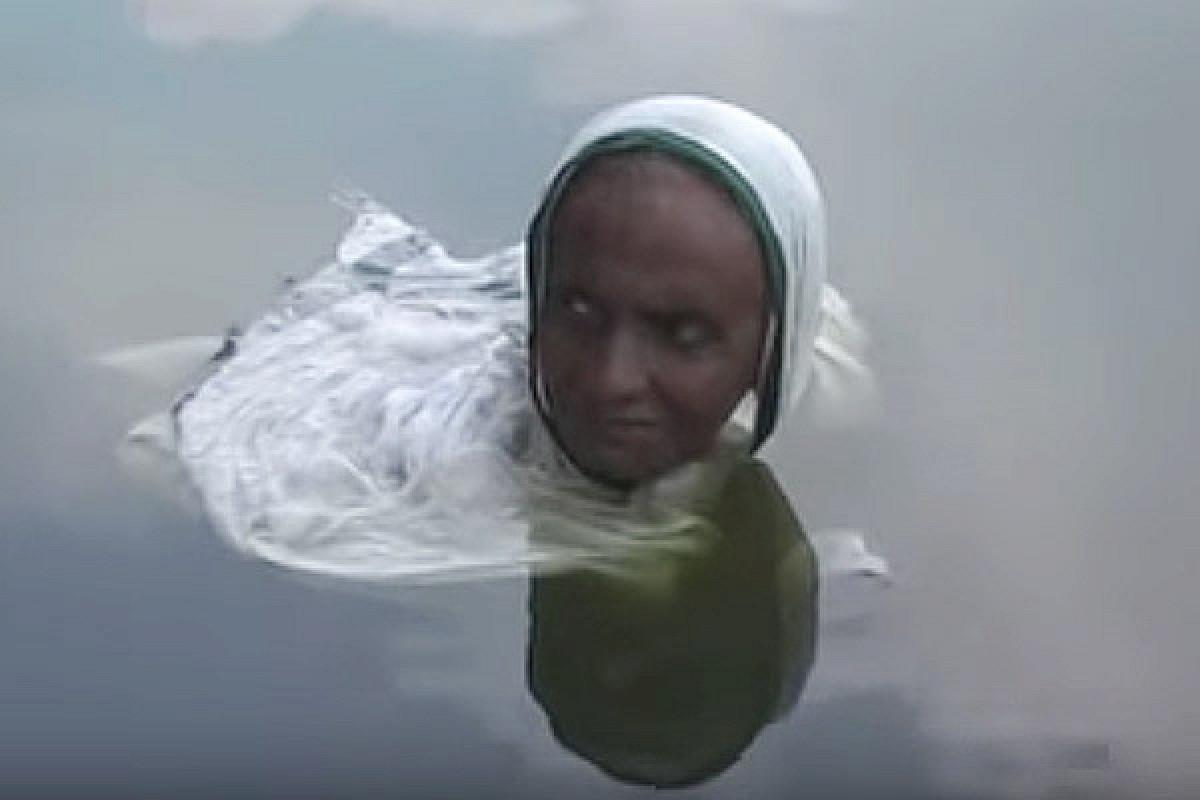 زنی که از خورشید فراری است و به آب پناه می برد+فیلم