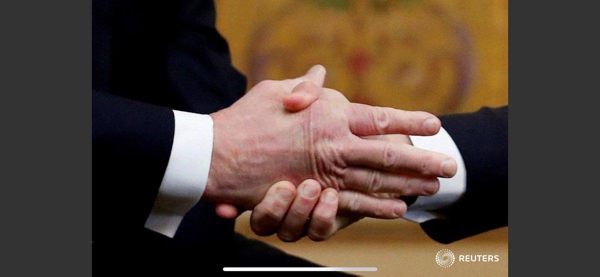 زورآزمایی نمایشی مکرون و ترامپ باز هم سوژه رسانهها شد+تصویر