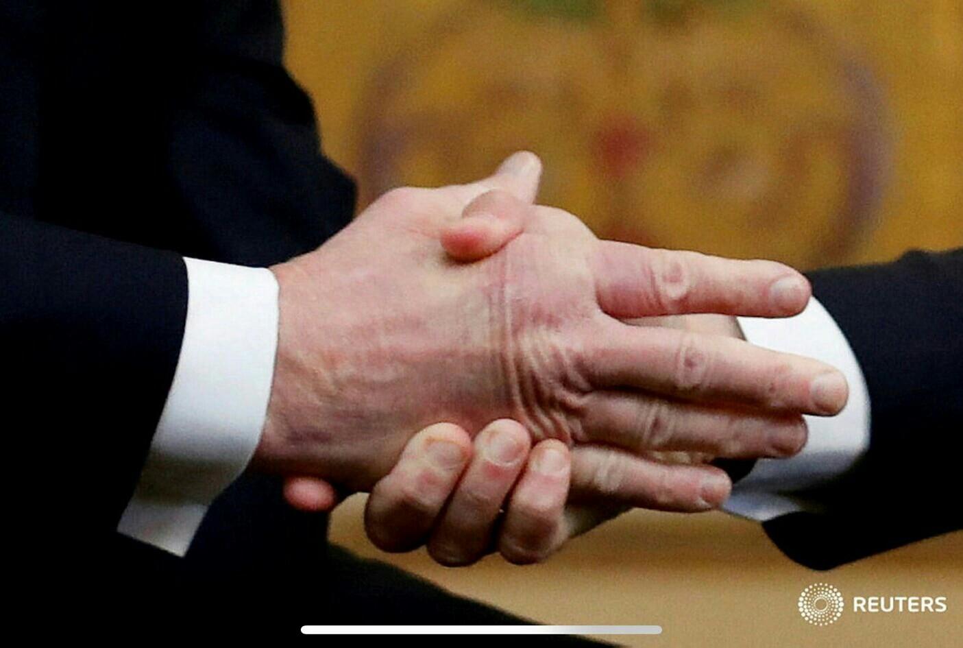 زورآزمایی مکرون و ترامپ در کاخ الیزه بار دیگر سوژه رسانهها شد+عکس