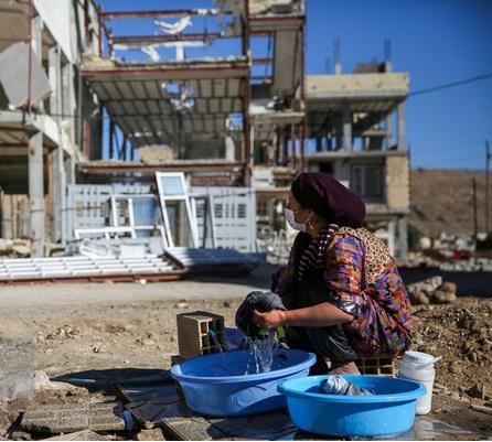 دود گرانی مصالح به به چشم زلزله زدهها/ نگرانی برای سلامت زلزله زدگان با استحمام در هوای سرد/ سرویس بهداشتی و کانکس مشکل بزرگ زلزله زدگان