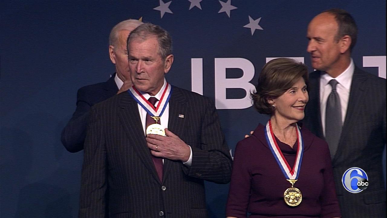 مدال آزادی بر گردن بوش آویخته شد!