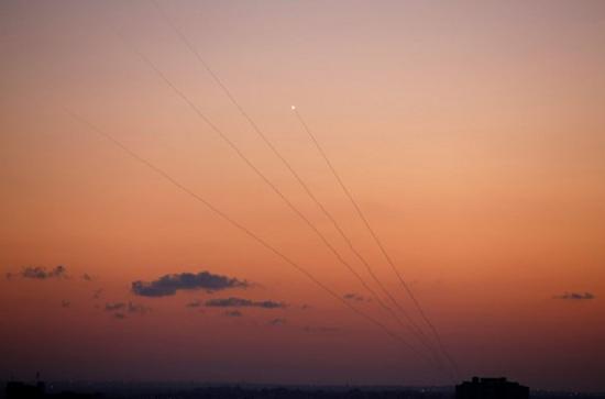 حمله هوایی رژیم صهیونیستی به نوار غزه و پاسخ نیروهای مقاومت با بیش از ۲۰۰ موشک + فیلم