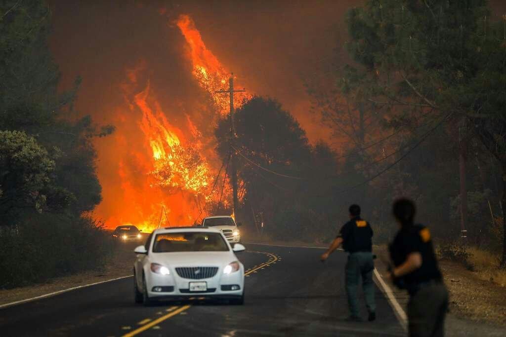 آتشسوزی در کالیفرنیا به حاشیه بزرگراهها رسید/ عبور خودروها از کنار شعلههای آتش+فیلم
