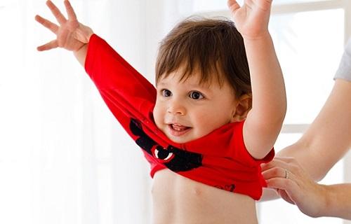 مقاومت کودکان در برابر لباس پوشیدن را چگونه مدیریت کنیم؟