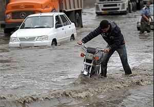 غافلگیری موتورسوار هنگام عبور از خیابان آب گرفته + فیلم