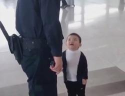 رفتار شیرین مسافر کودک با حراست فرودگاه +فیلم
