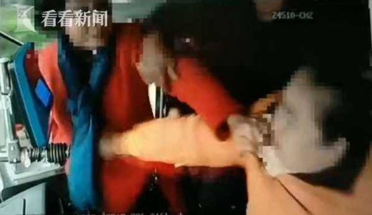 اقدام جنون آمیز مسافر در داخل اتوبوس! + فیلم//