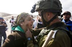 حمله وحشیانه نظامیان اسرائیلی به دو زن اروپایی +فیلم