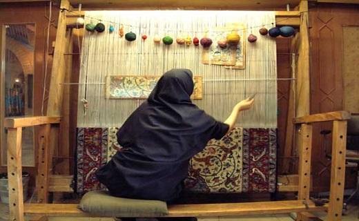 دستان توانمندی که با هنر تار و پود روستا را آباد می کند