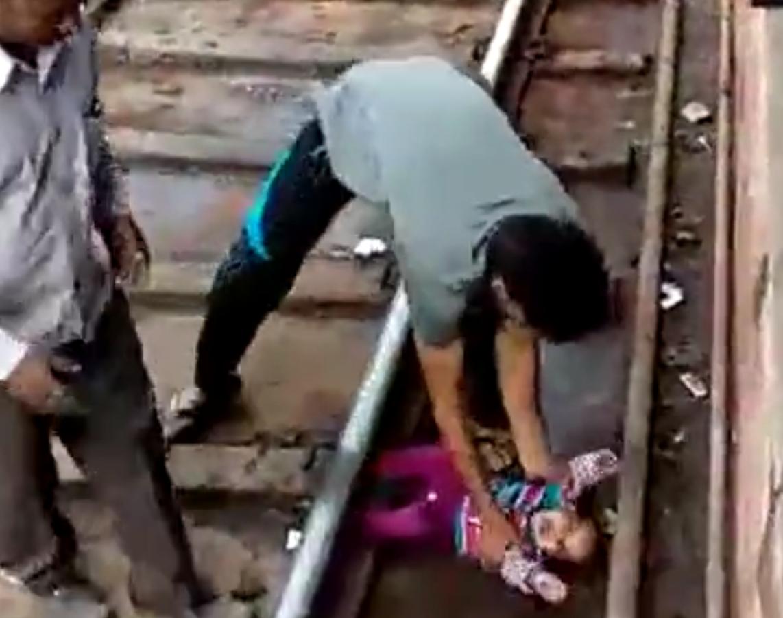 کودک هندی از زیر قطار جانسالم به در برد! +فیلم
