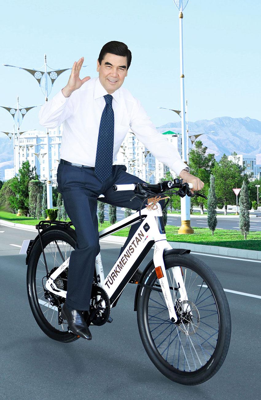 وقتی آقای رئیس جمهور با دوچرخه به کابینه می رود+عکس