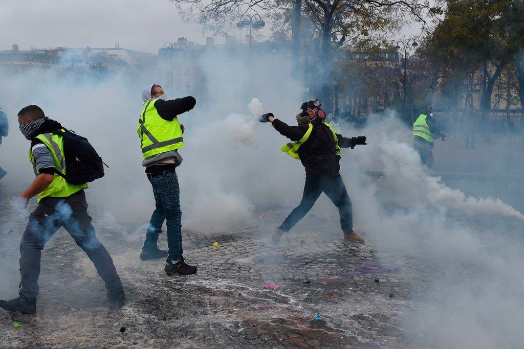 پاریس به منطقه جنگی تبدیل شد/ بازداشت ۱۰۷ نفر در درگیری پلیس با معترضان+ فیلم و تصاویر