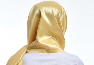 روسری طلایی دختر کویتی جنجال به پا کرد +فیلم
