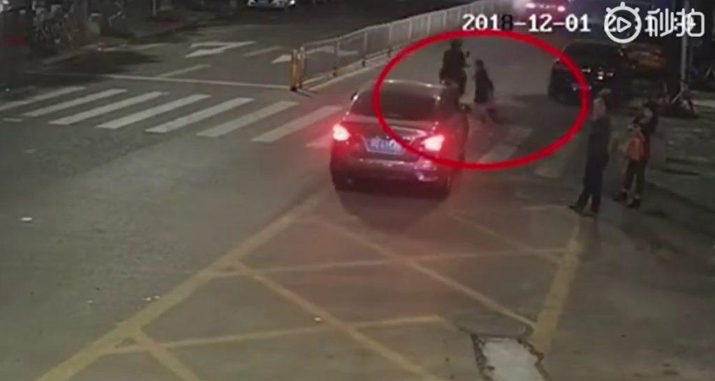 تصادف با کودک به علت بی توجهی راننده به خط عبور عابر پیاده! + فیلم//